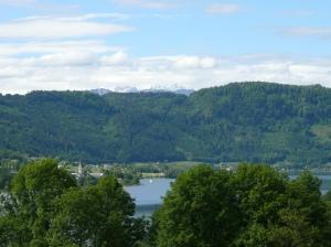 Zwischen den grünen Hügeln und den Wolkenbergen winken die Karawanken
